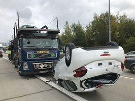 Řidič vezl nová auta, při brzdění jedno spadlo. Na Pražském okruhu se zdržíte až dvě hodiny