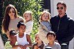 Osmičlenná rodina Jolie-Pittových.