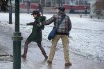 Pozor, klouže to! Česko pokryla zrádná ledovka, v Praze přes 100 nehod