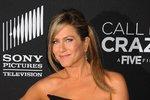 Hvězda Přátel Jennifer Aniston dala sbohem opalování a výraznému líčení!