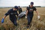 Ukrajinští záchranáři hledají na 25 kilometrech čtverečních těla obětí z letu MH17.