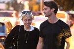 Miley Cyrus se rozešla s Patrickem Schwarzeneggerem a ukázala chlupaté podpaždí