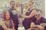 Aimee (vpravo nahoře) s manželem, dcerami a přáteli. Aimee v době, kdy se prala se svojí váhou.