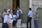 Řekové stojí ve frontě do národní banky.