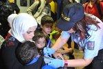 Noční příjezd uprchlíků na nádraží v Břeclavi