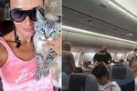 Českou modelku vyprovodili z letadla policisté. Kvůli její kočce muselo letadlo nouzově přistát.