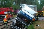 Řidič kamionu na Jindřichohradecku projel závorami přímo do projíždějícího nákladního vlaku.