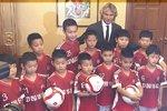 Pavel Nedvěd jako patron nové fotbalové školy v Číně.