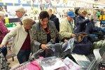 Lidé nakupují v brněnském Lidlu na Lesné bundy ve slevové akci.