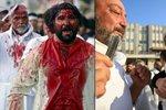 Krvavý svátek muslimů: Bičují se a noži řežou sebe i děti