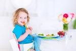 VIDEO: Dítě do jídla nenuťte, pokud nechce. Mohli byste mu ho zprotivit