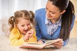 Čtení u nás doma milujeme. Knížky kupujeme, půjčujeme si je v knihovně a sledujeme, co se kde objevilo. Zrovna tak máme rádi dětskou klasiku, která možná nemá ty nejvyšší literární hodnoty, ale naše děti prostě baví. Mezi dlouholeté hity tak patří třeba Pohádky o mašinkách, knížka Z deníku kocoura Modroočka, stejně jako Děti z Bullerbynu nebo Medvídek Pú. Co nás zaujalo poslední dobou a co se poslední dobou objevilo nového?