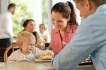 Při čekání na jídlo v restauraci si můžete s dítětem číst nebo malovat