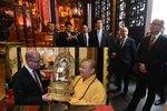 Z celé Číny zapůsobila na premiéra Bohuslava Sobotku podle jeho slov návštěva buddhistického kláštera.