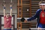 Michal Hrůza je zas ve formě! Ve videoklipu cvičí na kruzích a hraje ping-pong.