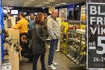 """Černý pátek, fenomén slev, který do Česka """"zavítal"""" z Ameriky, vehnal včera do obchodů rekordní množství zákazníků."""
