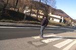 Na Slovensku takto zrenovovali silnici. Přechod je jenom do poloviny silnice.