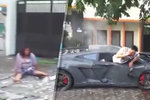 Řidič luxusního vozu vjel mezi chodce.