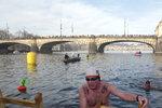 Otužilci o vánočních svátcích pokoří ledovou Vltavu. Letos už po sedmdesáté