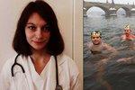 Otužilců stále přibývá, studená voda je ale může zabít, varuje lékařka