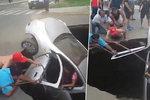Vůz s rodinou pohltila obří díra.