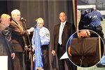 Zemanova ochranka ve střehu. V kufru nosí štít proti atentátu na prezidenta