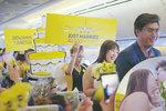"""Svatba 12 kilometrů nad zemí: Zamilovaný pár si řekl své """"ano"""" v letadle!"""