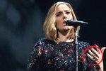 Adele se o Vánocích tajně vdala?! Podle britského tisku o tom svědčí její prsten