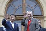 Přijetí ve svetru a v Lánech? Čínský prezident vítá ležérně i Putina