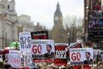 """Cameron bojuje s Panama Papers. Tisíce Britů: """"Je čas odejít..."""""""