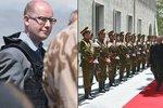 Sobotka tajně odletěl do Afghánistánu. V neprůstřelné vestě navštívil vojáky