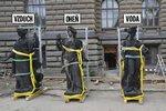 Jeřáb sundal ze střechy Národního muzea 4 ženy: Vzduch, Oheň, Vodu a Zemi