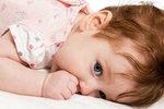 Taky vás potomek štve, protože si věčně okusuje nehty nebo cucá palec, ačkoli už dávno není miminko? Teď se na to možná začnete dívat trochu jinak, protože dítě tak nevědomky posiluje svou imunitu a brání se rozvoji alergií. Na druhou stranu si tím ničí zuby.
