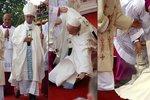 Dobrotivý bože! Papež se zřítil v Polsku před desetitisíci věřícími
