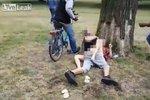 Sex za bílého dne v parku! Roztoužený pár neznal stud