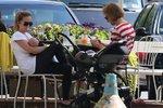 Manželka Tomáše Kluse se nestydí: Kojí synka klidně na zahrádce restaurace
