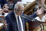 Šéf poslanců ANO Faltýnek zkolaboval ve Sněmovně. Odvezla ho sanitka
