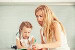 Ačkoli dneska už leváky nikdo nepřeučuje, stejně to mohou mít těžší, protože svět je nastaven především pro praváky. Naštěstí existuje dost pomůcek, které mohou levorukým dětem usnadnit kreslení, psaní a další práci s rukama. A kdy vlastně bývá jasno v tom, jakou ruku dítě preferuje?