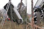 Nehoda vymrštila auto na strom: Těhotná řidička (†29) zemřela v nemocnici