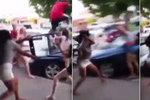 Rvačka teenagerek se změnila ve wrestling! Dívka (18) přetáhla sokyně židlí