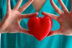 Když máte zlomenou ruku, poznáte to docela jasně. Stejně, jako když na vás něco leze nebo se o vás pokouší zánět močového měchýře. Většinou vás něco bolí, tělo nás informuje o tom, že něco není v pořádku. To samé dělá v podstatě i v případě našeho srdce, s tím rozdílem, že těmto příznakům nepřikládáme větší význam. Dlouhodobá ignorace přitom může vést třeba až k infarktu.