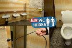 Za tohle chtějí 10 korun? Ostudné WC v pražském metru Jinonice, dveře bez kliky, špína a smrad!