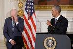 Rozbrečel se dojetím, otočil se zády. Obama ocenil svého viceprezidenta Bidena