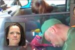 Šokující video: Zfetovaní rodiče omdleli v autě, vzadu seděly malé děti