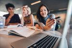 Nejvíc si hned po škole vydělají studenti IT a bankovnictví, průměrně 28 tisíc