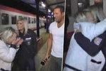 Opilá blondýna vypadla z vlaku přímo do natáčení: Vrhla se na policistku, Janotkovi zkazila reportáž