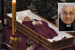 Poslední pohled na kardinála Vlka. Rakev je ve svatém Vítu, přišli i politici