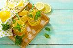 Vodu s citronem prosazují při hubnutí i celebrity, jako jsou Miranda Kerr nebo Gwyneth Paltrow. Zastánci totiž tvrdí, že pití vody s citronem odplavuje z těla toxiny, redukuje chuť k jídlu a zlepšuje trávicí procesy v těle tak, že metabolismus pak tuky spaluje rychleji. Ale skutečně tomu tak je?