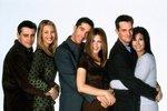 Seriál o partičce šesti lidí, kteří jsou každý svým způsobem praštění, je nesmrtelný. Podívejte se ve fotogalerii, jak moc se herci, které vídáme na obrazovce od roku 1994 v reprízách dodnes, změnili.