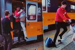 Video z Pardubic baví internet: Stevard vyrazil černého pasažéra z vlaku.